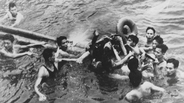 Vietnamitas sacando a John McCain de un lago en Hanoi.