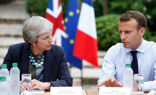 French President Emmanuel Macron (R) with UK Prime Minister Theresa May, 3 Aug 18, in Bormes-les-Mimosas