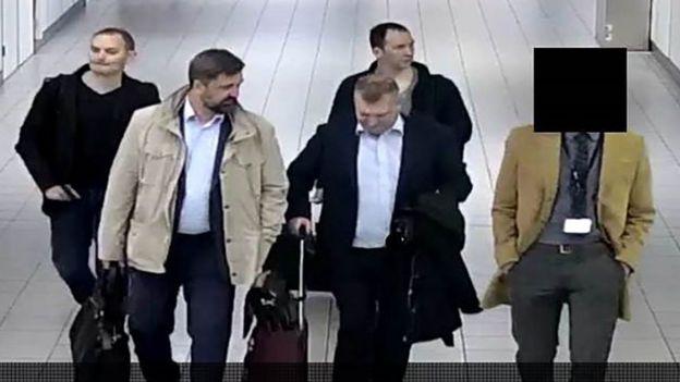 荷蘭公開被拘留的四名俄羅斯人抵達當地機場的照片。
