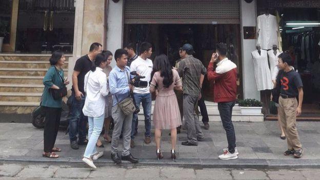 Một số phóng viên trong nước tới cửa hàng để đưa tin.