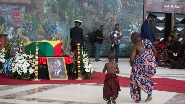 Wachezaji ngoma wa jamii ya Ashanti wakati wa ibada iliyofanyika Jumatano