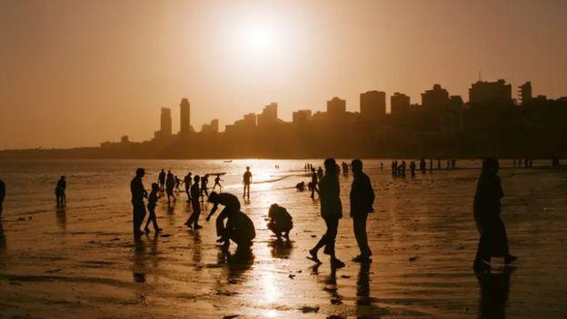 คนบนชายหาด