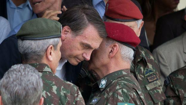 Militares falam próximos a Bolsonaro