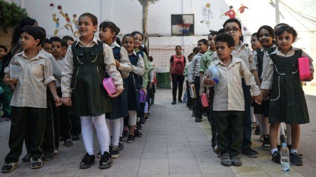 أطفال في المرحلة الابتدائية