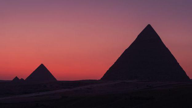 Céu vermelho e as pirâmides do Egito em Cairo