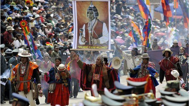 Movilización indígenas con un cartel de Tupac Katari
