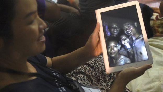 familiar con foto de los niños atrapados en la cueva