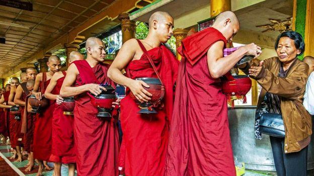 Согласно буддистской традиции, в Бирме считается нормой раздавать еду монахам