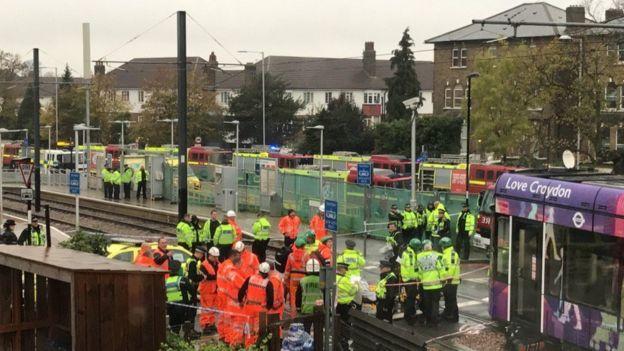 ロンドンで路面電車が転覆 7人死...