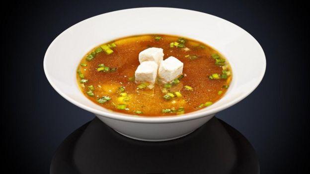 طبق من حساء الميزو الياباني يحتوي على 2,7 غراما من الملح