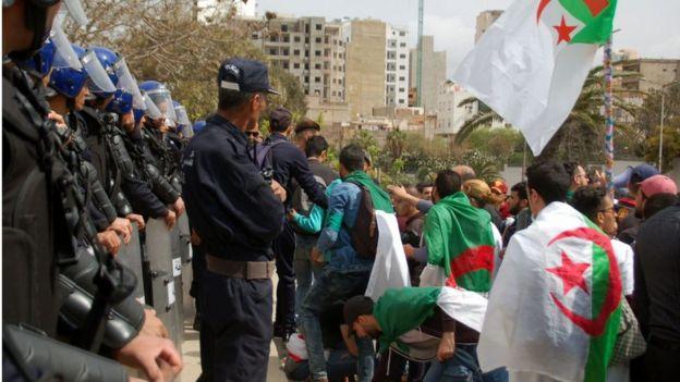 Les forces de l'ordre ont fait preuve d'une retenue inhabituelle à l'égard des manifestants, ce qui pourrait donner à penser qu'ils ne sont pas prêts à recourir à la force.
