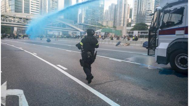 Cảnh sát sử dụng vòi rồng phun thuốc nhuộm màu xanh vào người biểu tình