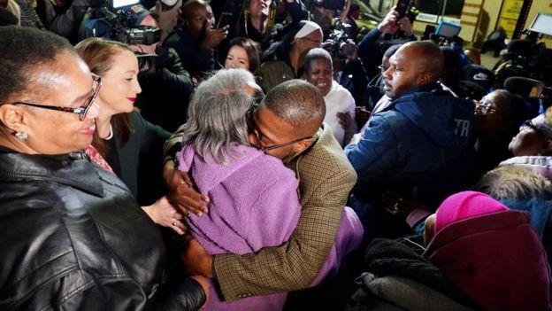 آلفرد چستنات، بعد از آزادی مادرش را در آغوش گرفته است