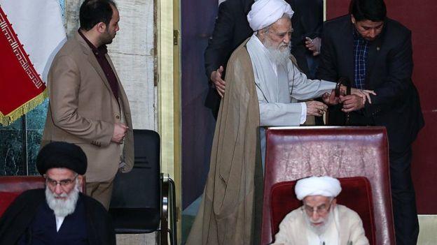 از راست احمد جنتی، محمدعلی موحدی کرمانی (ایستاده در پشت) و محمود هاشمی شاهرودی در هیات رئیسه مجلس خبرگان رهبری