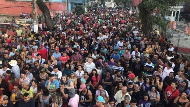 Centenas de pessoas em vigília pela soltura de Lula em frente ao sindicato dos metalúrgicos no ABC.