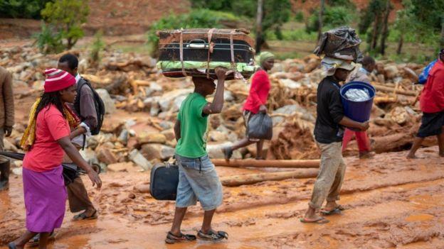 Personas desplazadas por el ciclón en Zimbabue.