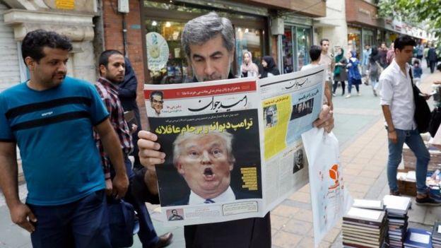 Un hombre lee un periódico en Teherán