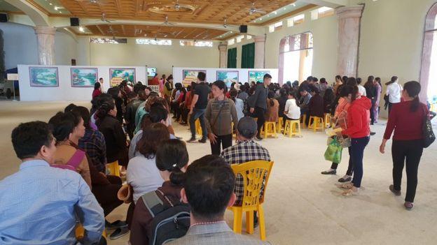Người dân xếp hàng chờ đến lượt vào 'thỉnh vong' ở chùa Ba Vàng