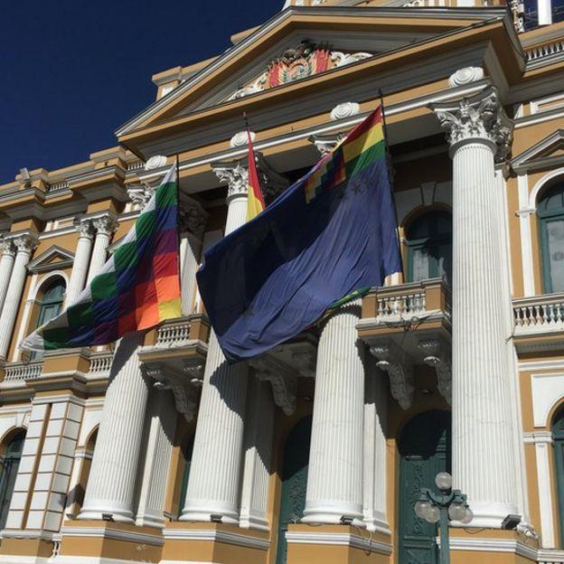 """La bandera marítima colgada hondeando en la """"Casa grande del pueblo"""""""
