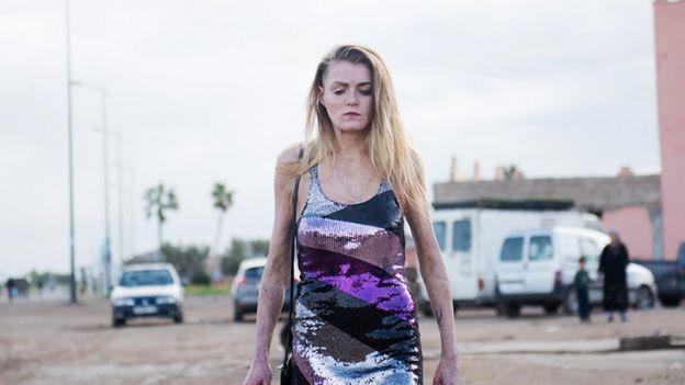 Vicky Knight camina hacia la cámara durante el rodaje de la película.