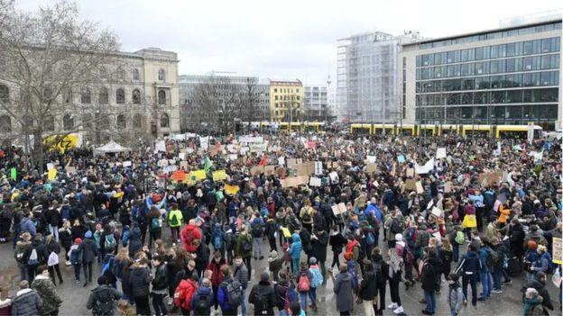 Berlin'deki öğrencilerin iklim değişikliğine karşı protesto gösterisi