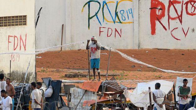 Siglas de facções pichadas nas paredes da Penitenciária Estadual de Alcaçuz durante rebelião no Rio Grande do Norte