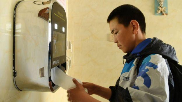 中国厕所革命中,人脸识别技术被用来取纸。