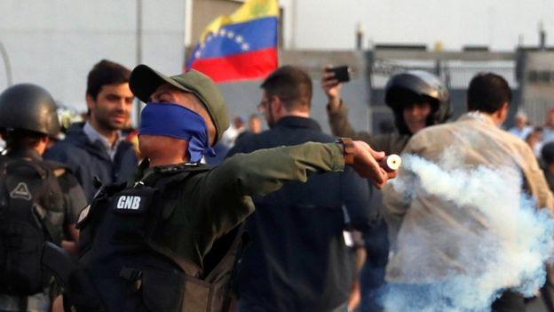 A esta hora se producen enfrentamientos en Caracas entre efectivos militares que respaldan a Juan Guaidó y leales al gobierno de Nicolás Maduro.