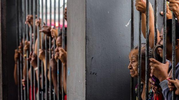Familiares de prisioneros en la cárcel de Pessoa en Manaus, Brasil,