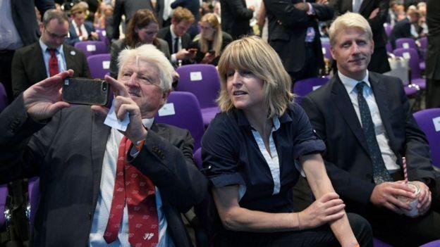 Stanley Johnson, junto a sus hijos Rachel y Jo, cuando Boris Johnson fue elegido líder del Partido Conservador.