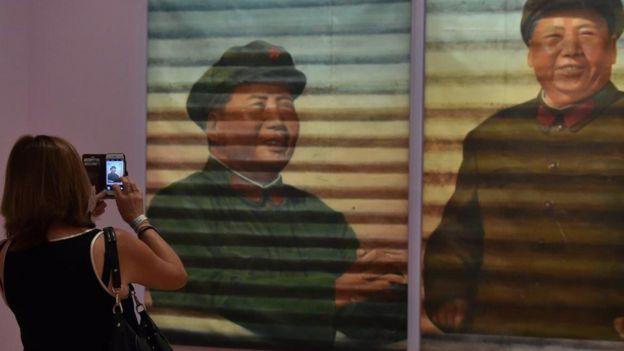 Tranh theo chủ đề Mao của Ngải Vị Vị trong triển lãm ở Úc năm 2015
