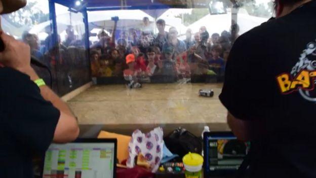 as pessoas assistem guerra robô