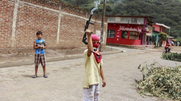 Niños juegan a custodiar un tranque en La Trinidad.