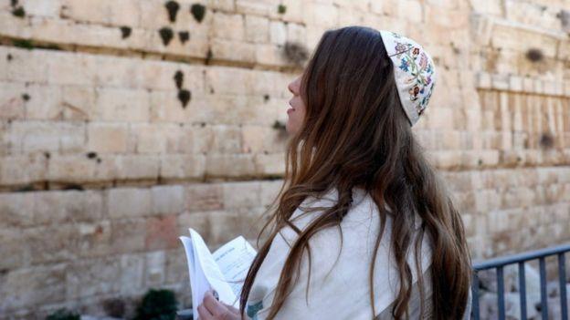 Mulher em frente ao Muro das Lamentações
