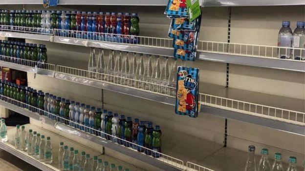 Các cửa tiệm tạp hóa 'cháy hàng' nước lọc