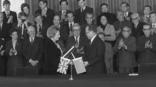 Margaret Thatcher và Triệu Tử Dương tại lễ thỏa thuận về trao trả Hong Kong, tháng 12/1984