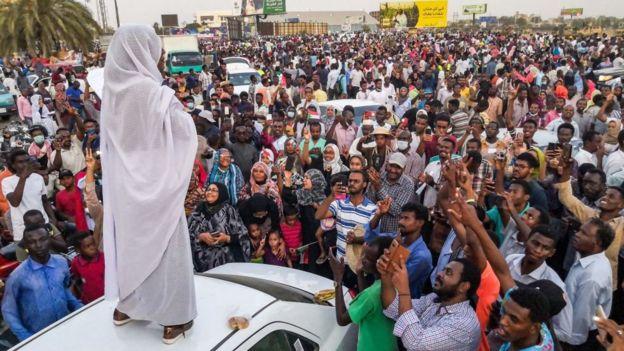 Mais les troubles politiques ont pris de l'ampleur récemment. Les manifestations dans tout le pays ont débuté en décembre 2018, après que le gouvernement eut annoncé la hausse du prix du carburant et du pain. Ici Ici Alaa Salah, devenue le symbole de la contestation.