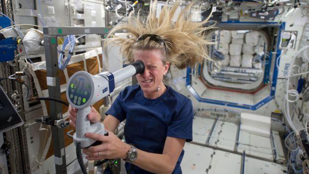La astronauta Karen Nyberg haciéndose una prueba de visión