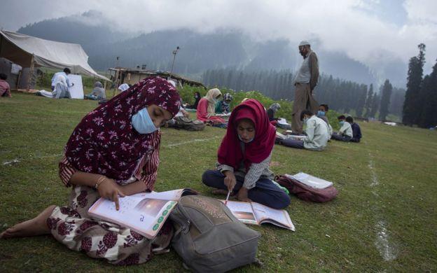 Escuela al aire libre en Cachemira durante la pandemia