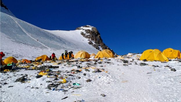 Kamp 4'te bırakılan çöpler ve ekipmanlar