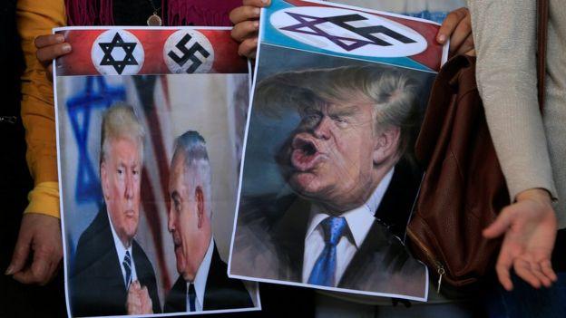 متظاهرون فلسطينيون يحملون صور ساخرة من ترامب ونتنياهو