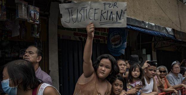 8月26日在马尼拉的Kian Delos Santos举行的葬礼上人群