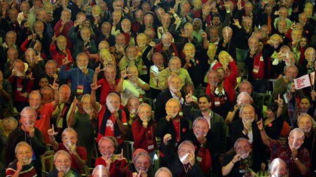 Petistas usam máscaras representando Lula na convenção do partido, no começo de agosto