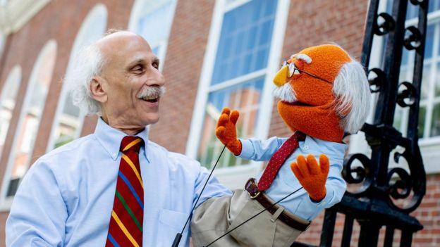El profesor Joe Blatt con la versión Muppet de sí mismo en Plaza Sésamo en EE.UU.