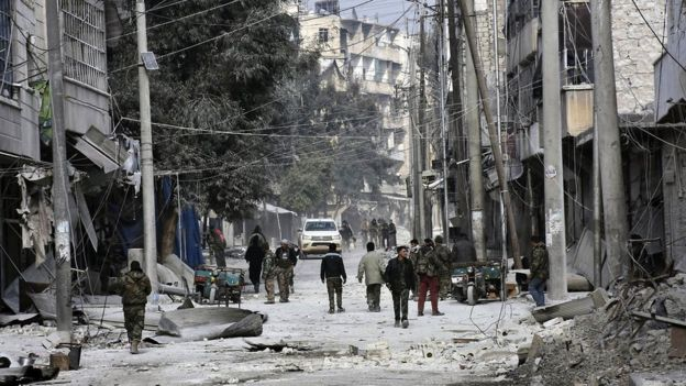 По данным ООН, в некоторых районах города людям не удается достать тела погибших из развалин домов из-за непрерывных обстрелов и бомбежек.