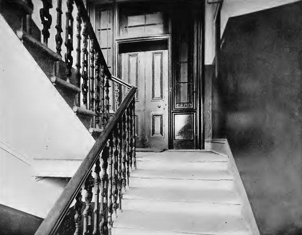 Esta es la puerta del apartamento de Gilchrist que Lambie dejó cerrada con doble llave esa fatídica noche