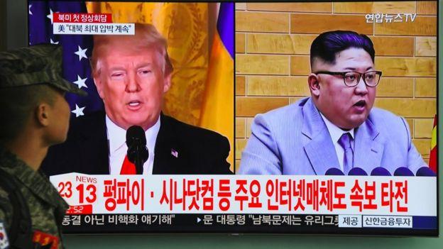 Trump y Kim Jong-un en una pantalla.