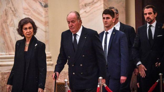 Los reyes Juan Carlos y Sofía, durante el funeral del rey Miguel I de Rumania.