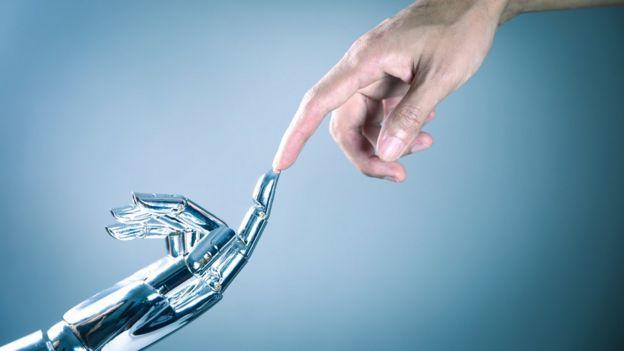 Руки робота и человека