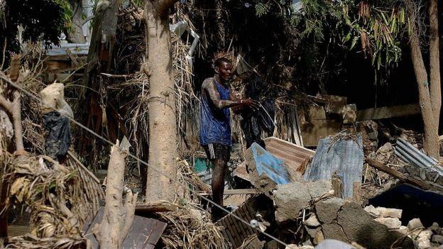 Un hombre entre escombros en Haití, tras el huracán Iván